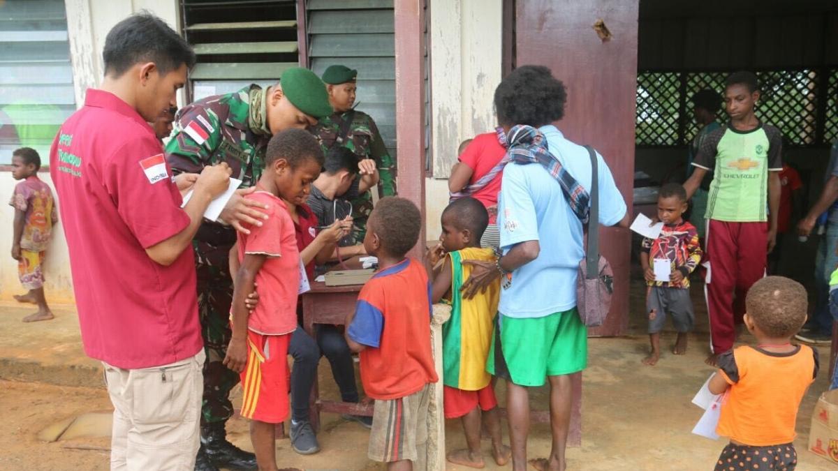 MEMPERINGATI HARI BAKTI DOKTER INDONESIA, SATGAS YONIF RAIDER 323/BP KOSTRAD MENGGELAR BAKTI SOSIAL DI PERBATASAN