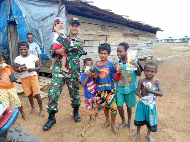 Para Prajurit juga menyapa anak-anak yang ada di kampung-kampung